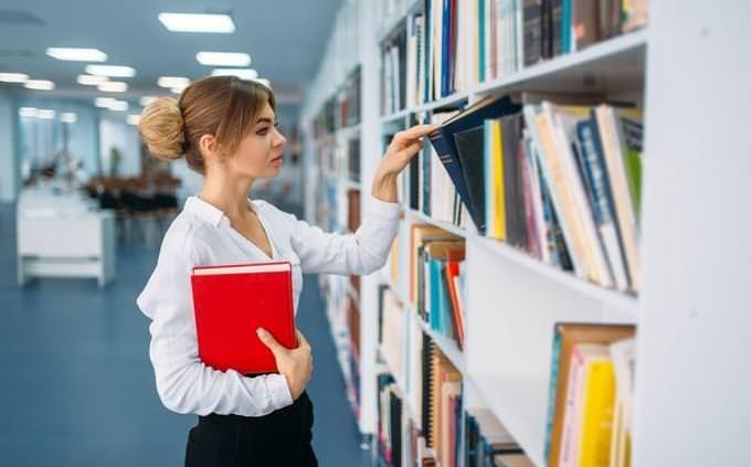 מבחן אישיות: אישה בספרייה