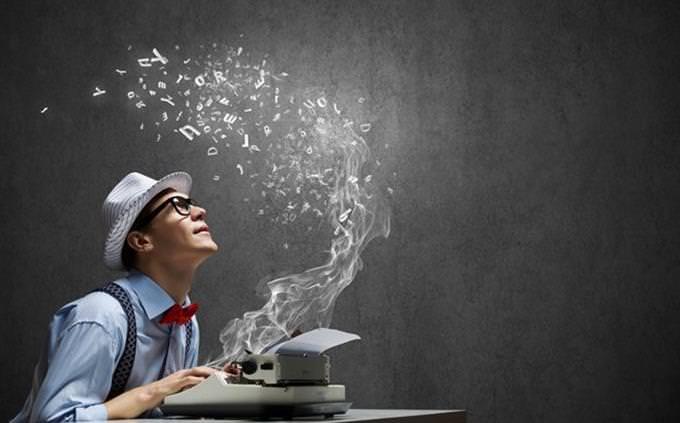 מבחן אישיות: אדם מקליד על מכונת כתיבה קסומה