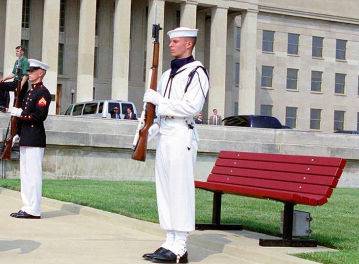 בדיחה על בסיס שבו שומרים על ספסל: צמד חיילים במדים עומדים עם נשק שלוף ליד ספסל