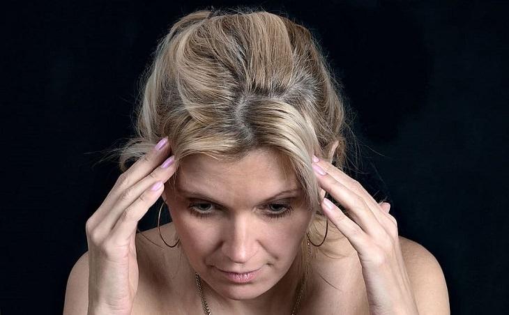 אנדומטריוזיס: תסמינים, זיהוי וטיפול: אישה עם כאב ראש