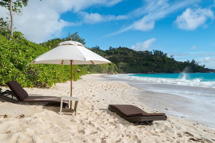 אטרקציות בסיישל: כיסאות על חוף אנסה אינטדנסה