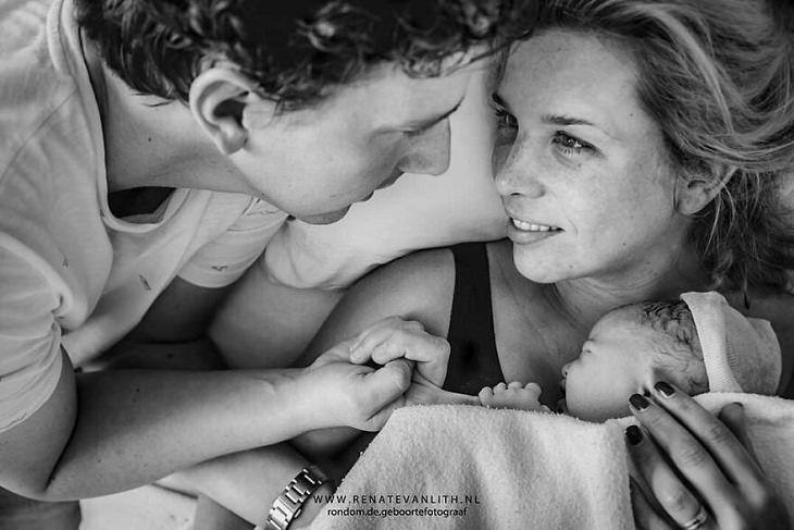 תמונות לאחר לידה: הורים מביטים זה לזה בעיניים, כשהאישה מחבקת תינוק מכוסה