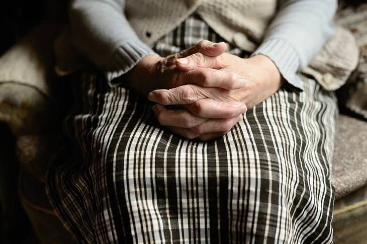ייפוי כוח מתמשך: ידיים של אישה מבוגרת