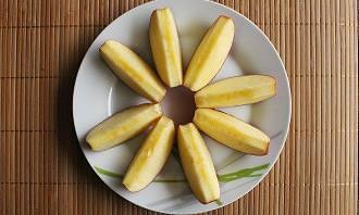 מבחן אישיות סגנון תקשורת: פלחי תפוח מסודרים בצורת פרח בצלחת