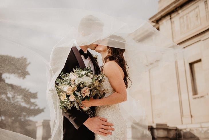 דרכים להתמודד עם שינויים גדולים: חתן וכלה מתנשקים