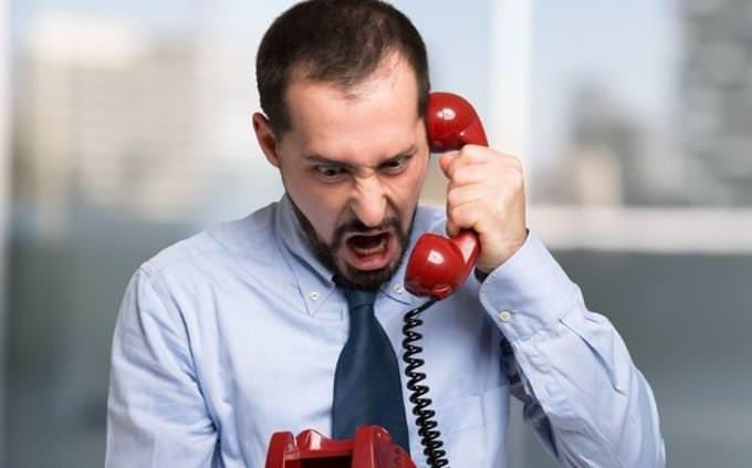 מבחן הגדרות: איש צועק בטלפון