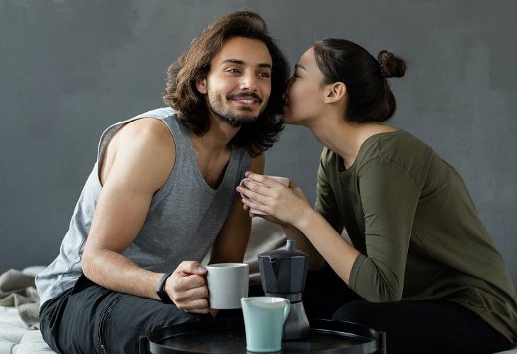 שאלות לזוגיות טובה יותר: אישה לוחשת לגבר באוזן