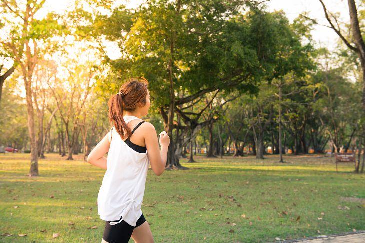 דרכים להתמודד עם שינויים גדולים: אישה רצה בפארק