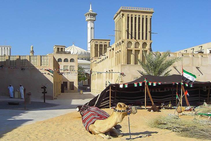 אטרקציות בדובאי: בניינים ומאהל עם גמל בשכונת אל-פחידי
