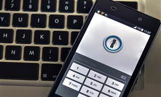 אוסף כתבות התגוננות ברשת: סמארטפון מונח על מקלדת מחשב
