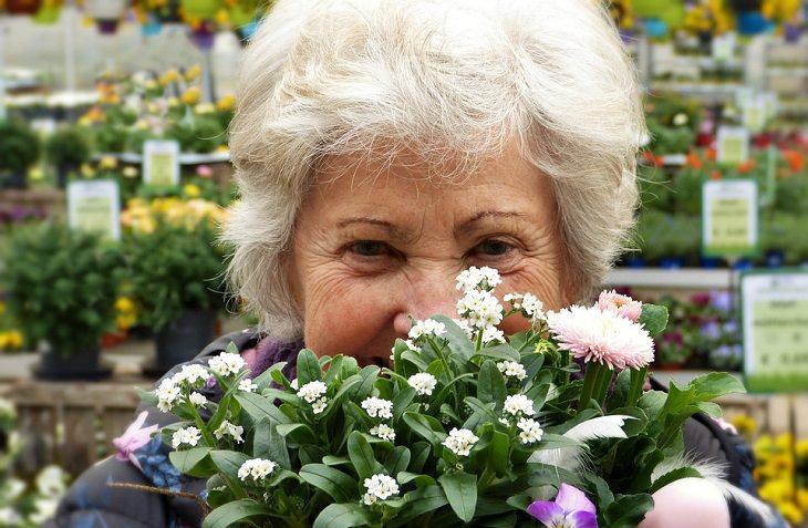 ייפוי כוח מתמשך: אישה מבוגרת עם פרחים