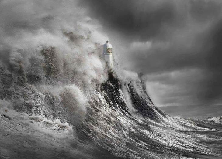 תמונות מתחרות צלם נופי בריטניה 2020: גל מתנפץ על מגדלור