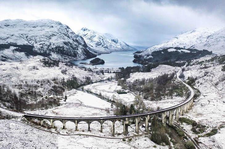 תמונות מתחרות צלם נופי בריטניה 2020: הרים מושלגים וים, עם כביש על גשר