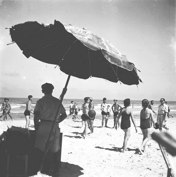תמונות נוסטלגיות של תל אביב: מוכר תירס חם לצד המתרחצים והמבקרים בשפת הים; שנת 1948.