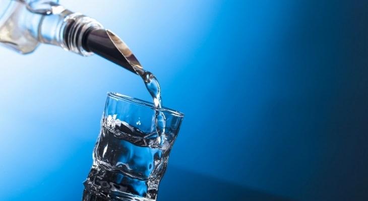 יתרונות משקאות אלכוהוליים: וודקה נמזגת לכוס