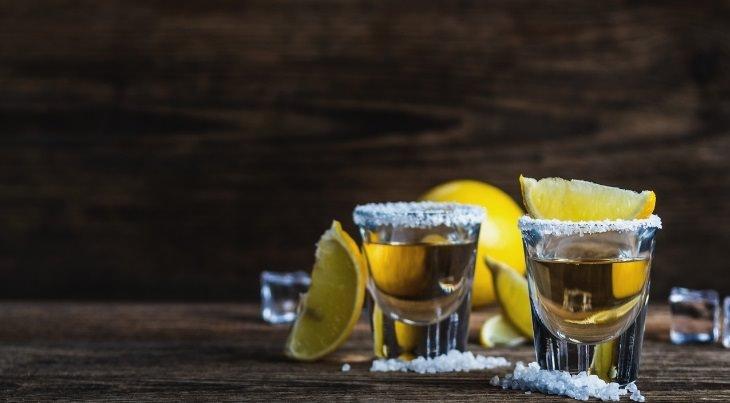 יתרונות משקאות אלכוהוליים: 2 כוסיות טקילה