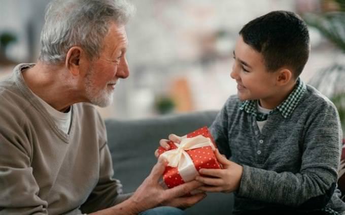 מבחן סבא וסבתא עתידיים: סבא מביא מתנה לנכד