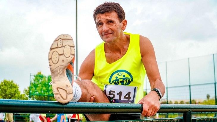ריצה והליכה אחרי גיל 50: גבר מבוגר בתחרות ריצה