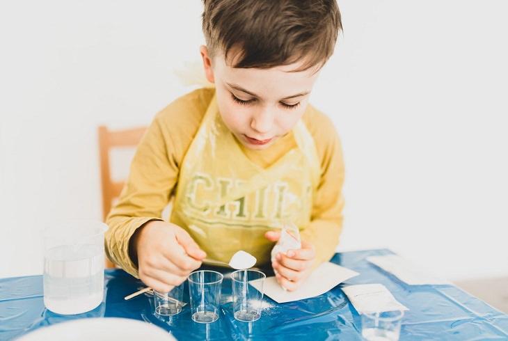 שאלות וניסויים מדעיים לילדים: ילד עושה ניסוי