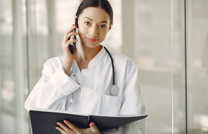 ריצה והליכה אחרי גיל 50: רופאה מדברת בטלפון