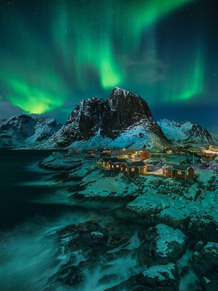 תמונות מתחרות הצילום הבינלאומית 2020: הזוהר הצפוני מעל כפר קטן