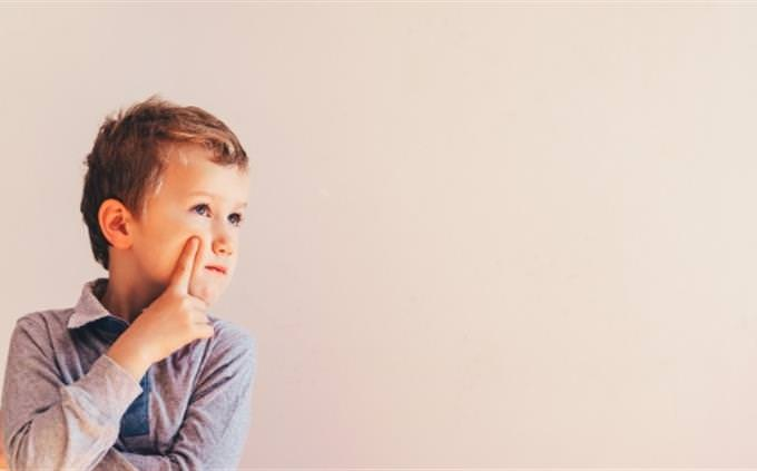 מבחן רגשות וצבעים: ילד מהרהר