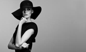 מבחן רגשות וצבעים: אישה עם כובע בתמונת שחור-לבן