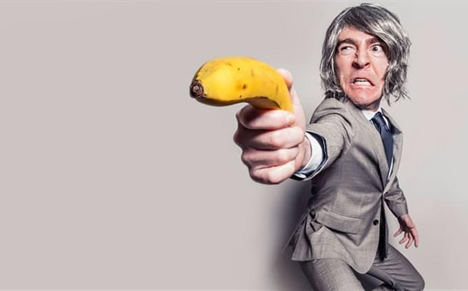מבחן ציטוטים מסרטים וספרים: אדם מחזיק בננה כמו אקדח