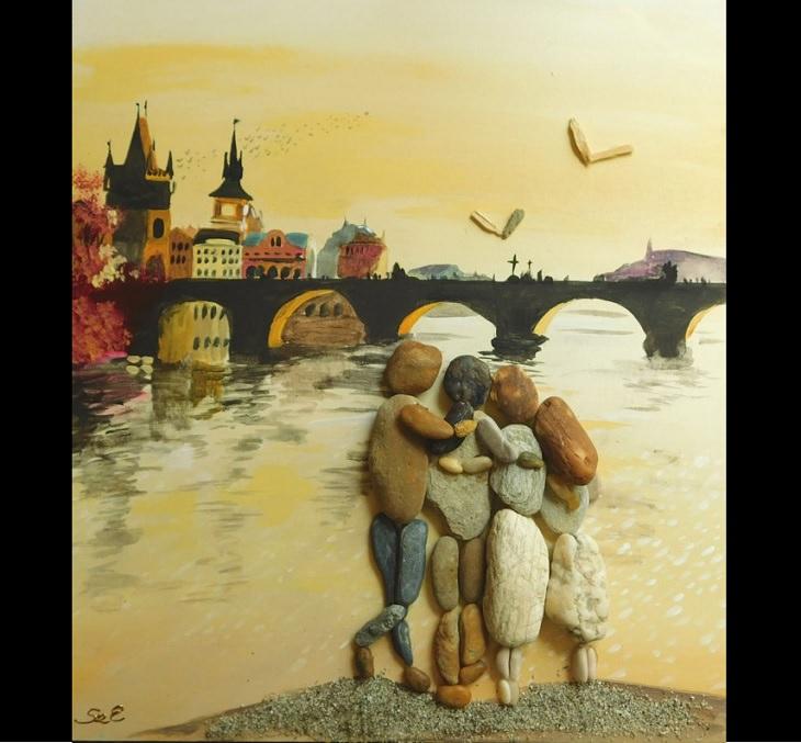 ציור עם אבנים וחלוקי נחל: משפחה מול גשר