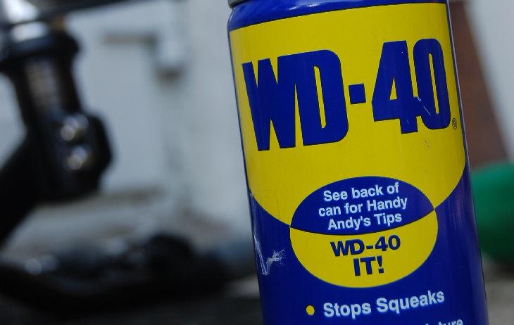 הסרת כתמים מהמכונית: תרסיס WD-40
