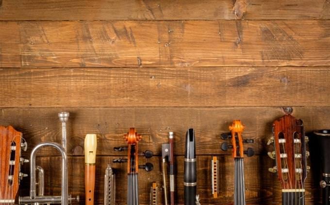 מבחן אישיות - איזה יצירה מוזיקלית אתה: שורה של כלים מוזיקליים מונחים יחד