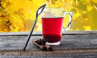 כתבות בנושא משקאות תה: ספל תה שכפית נשענת עליו ולצידו מקלות קינמון