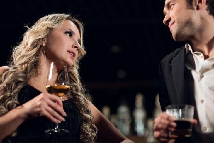 בדיחה על התערבות בבר בין בחור לבחורה בלונדינית: בחור ובלונדינית יושבים על הבר ושותים משקה