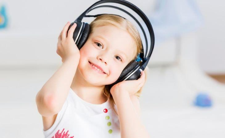 החשיבות של אומנות בהתפתחות הילדים: ילדה עם אוזניות