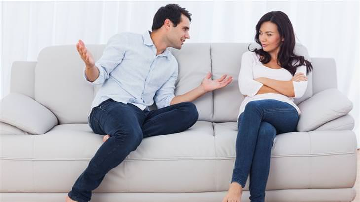 בדיחה על מיליונר שרב עם אשתו: גבר ואישה יושבים על הספה ומשוחחים