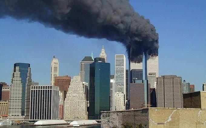 טריוויה על המאה ה-21: עשן מיתמר ממגדלי התאומים, בקו האופק של ניו יורק