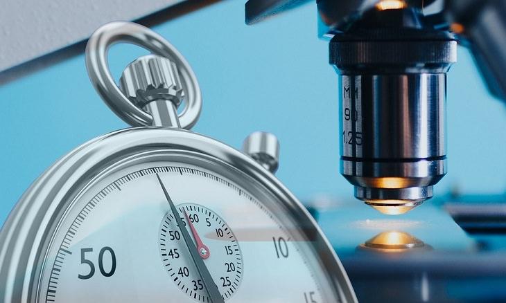 שיר משעשע על חיסון הקורונה: שעון עצר ומיקרוסקופ