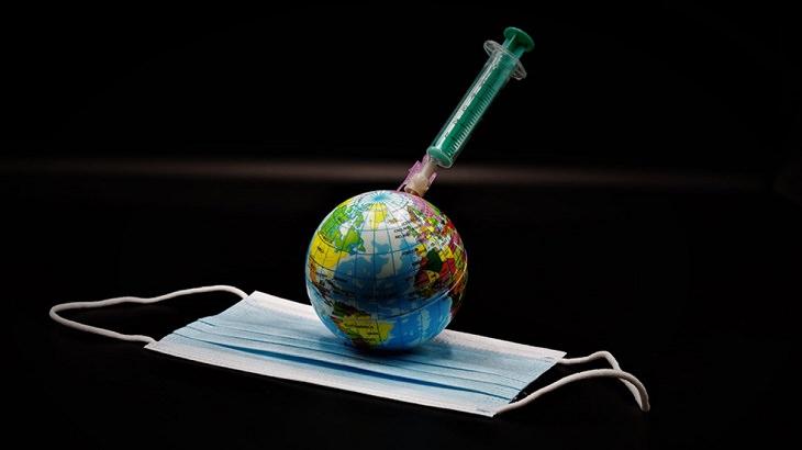שיר משעשע על חיסון הקורונה: כדור ארץ על מסכה מקבל חיסון