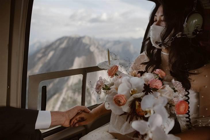 תמונות החתונה של השנה: כלה במסוק בדרך לחתונתה עם מסכת פנים עליה