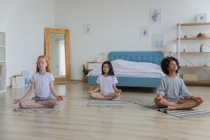 מדיטציה עם ילדים: 3 בנות עורכות יוגה בישיבה