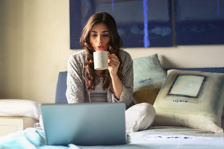 טעויות שימוש בחומץ תפוחים: אישה שותה במיטה