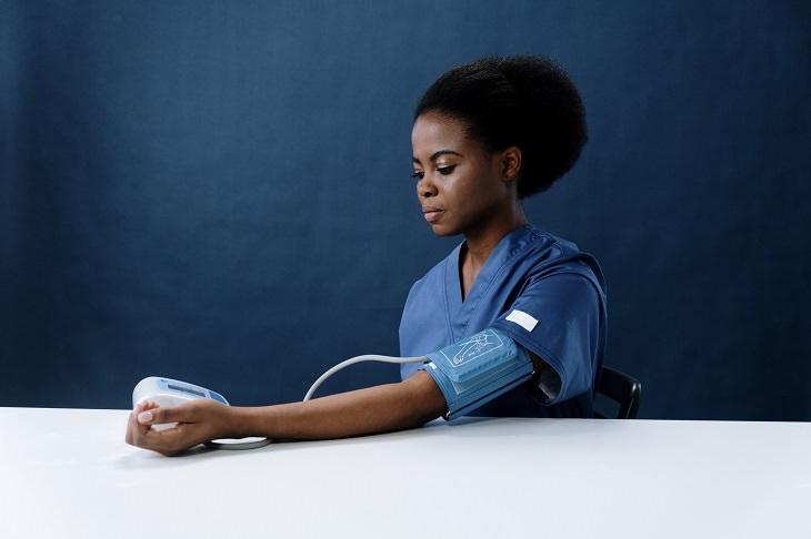 בדיקות שנשים צריכות לעשות: בחורה בודקת לעצמה לחץ דם