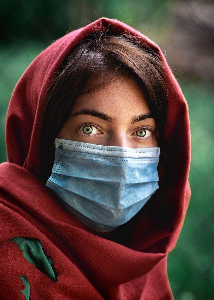 תחרות תמונת השנה של 2020: בחורה עם עיניים ירוקות וכיסוי ראש אדום, שעוטה מסכה