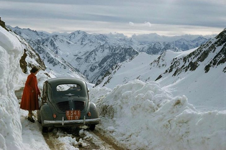 תמונות היסטוריות: אישה עוצרת להעריך את הנוף בזמן נסיעה דרך הרי הפירנאים. צרפת - 1956.
