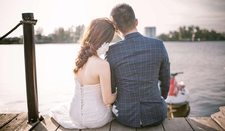 מחקר על מערכות יחסים מוצלחות: זוג מחובק עם הגב למצלמה