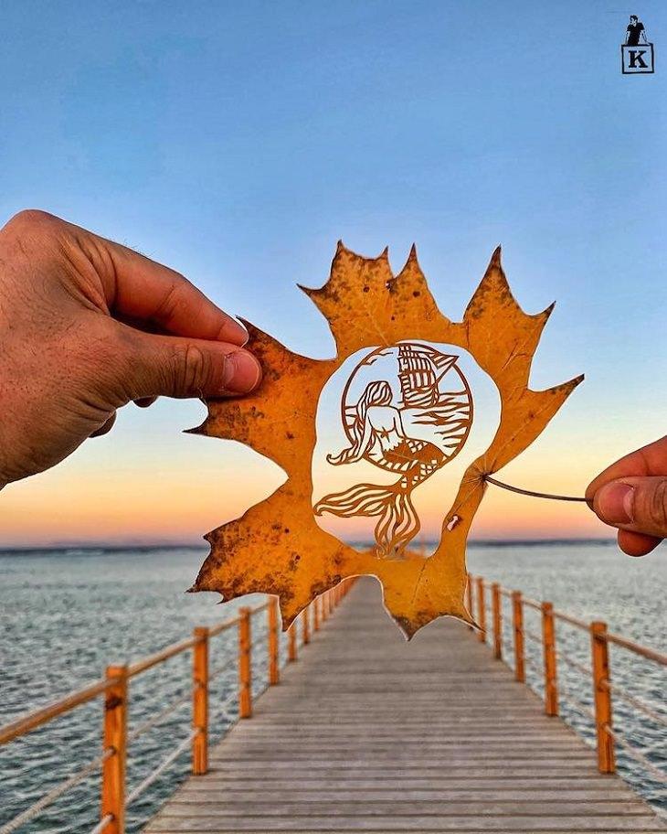 יצירות גילוף עלים: עלה ובו גילוף של בת ים מול ספינה על רקע ים