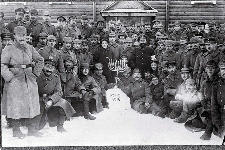 תמונות חנוכה נוסטלגיות: חיילים יהודיים-גרמנים חוגגים חנוכה בפולין