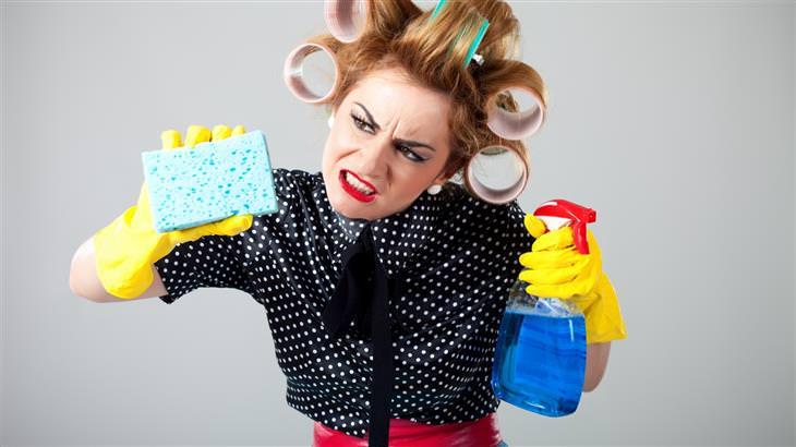 התנהגויות שמעידות על חוסר ביטחון עצמי: אישה בפעולות ניקיון עיקשות