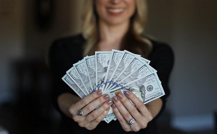 מיתוסי מוטיבציה: אישה עם שטרות כסף ביד