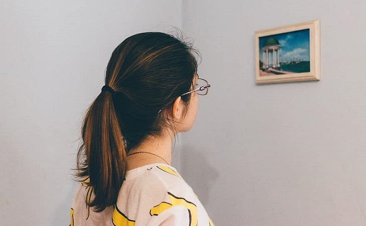מיתוסי מוטיבציה: אישה מביטה בתמונה